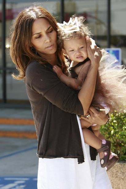 Heidi Berry Halle Berrys Sister http://mulattodiaries.wordpress.com/2009/04/02/halle-berry-17-years-ago/